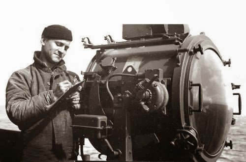 thm_USN WW II DE Slater and a 24 inch searchlight.jpg